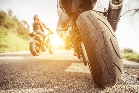 Ficar atento ao que acontece ao seu redor enquanto está na moto pode evitar acontecimentos inesperados.