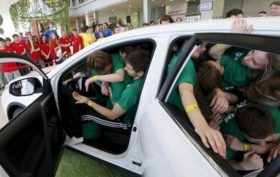 recorde-pessoas-dentro-carro-russia-blog-ceabs