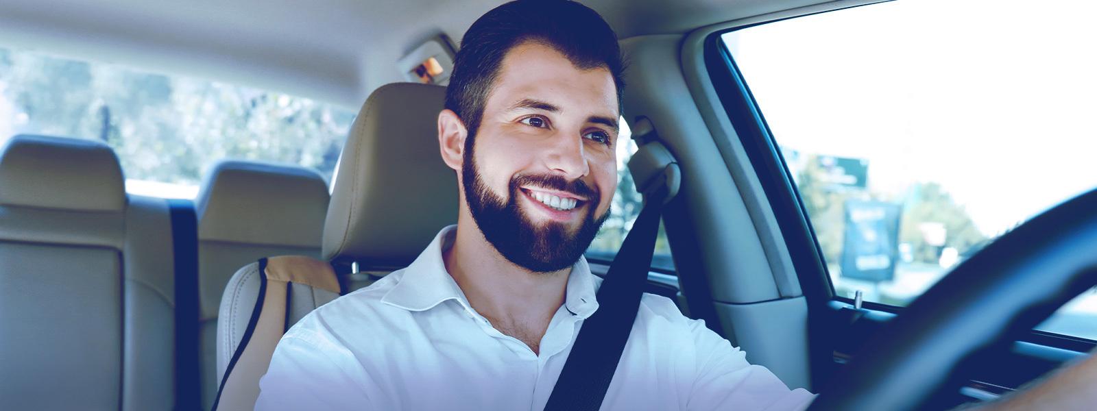 motorista dentro do carro com cinto de segurança