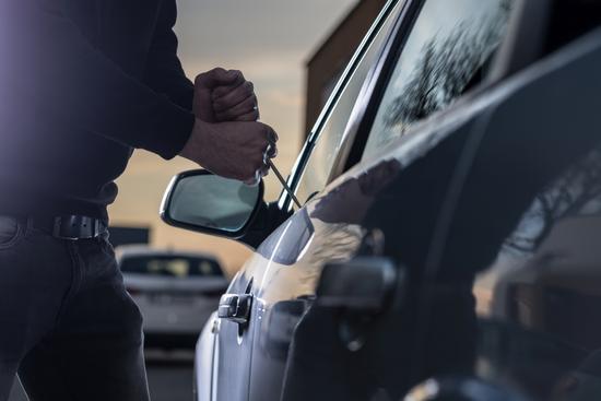 Carro sendo furtado