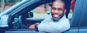 """Homem aproveitando a a funcionalidade """"pay how you drive"""" da CEABS"""
