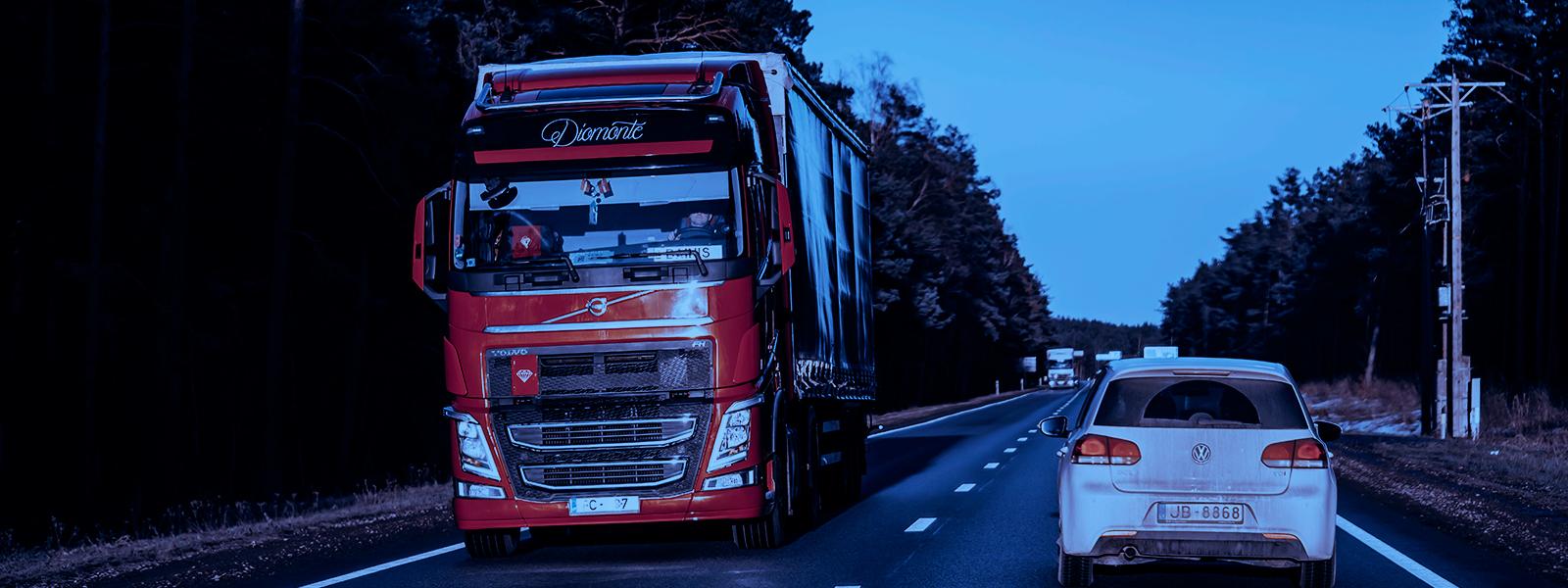Caminhão percorrendo estrada