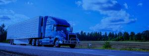 Caminhão percorrendo rodovia